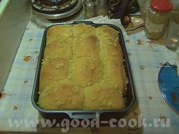 Это пампушки из самого простолго дрожжевого хлебного теста без всяких добавок, просто сверху смазан...
