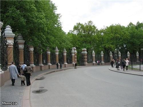 Часовня напротив храма На этой фотографии очень хорошо видны памятные доски с перечнем реформ Алекс... - 3