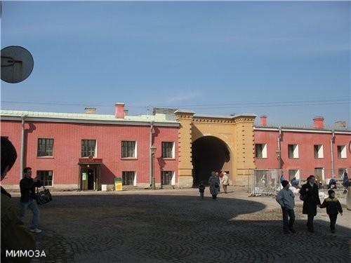 Это ворота, ведущие к Кронверкскому мосту, с которого мы начали прогулку по крепости