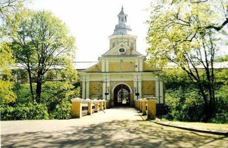 А в 30ти км от Мира в городе Несвиж находится дворец Радзивиллов, там целый комплекс с дворцом, пар...
