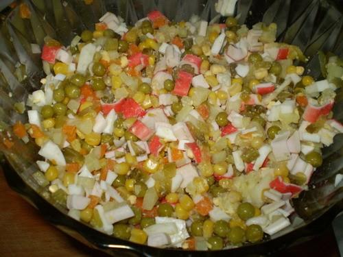 Салат с крабовыми палочками 250 г крабовых палочек, разморозить 1/2 баночка кукурузы 1/2 баночки го...