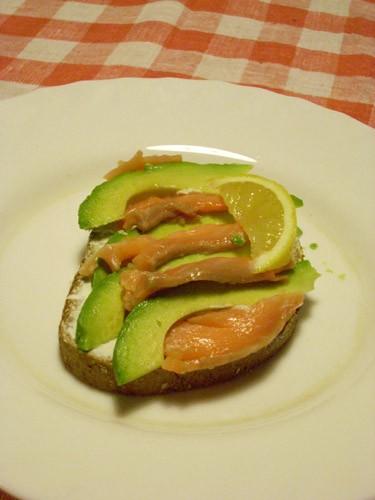 варианты хлебных завтраков: Бутерброд с лососем и авокадо