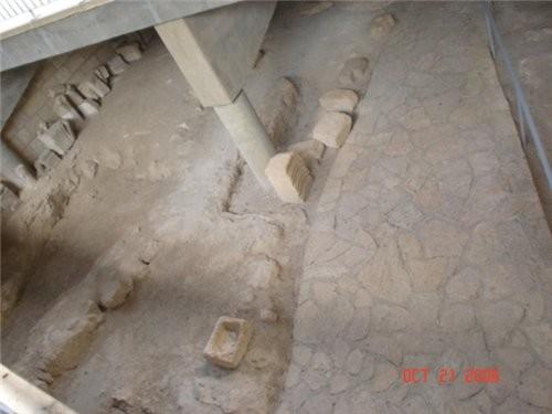 Место раскопок,каменная мостовая и домашняя утварь того времени