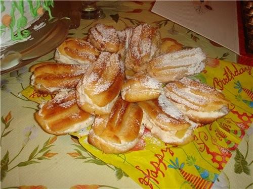 Девочки,сделала доче на день рождение эклеры со взбтыми сливками с ананасом,очень вкусные получилис...