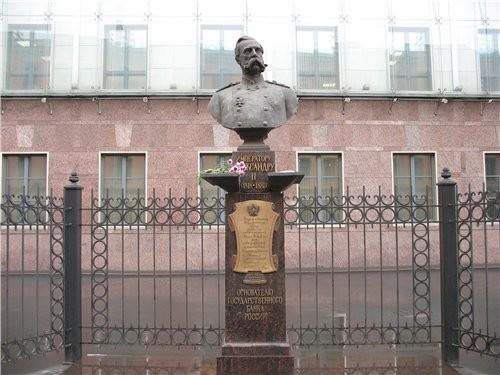 Следующим зданием на улице Ломоносова, привлекшим мое внимание - я его сама видела впервые - было н... - 3