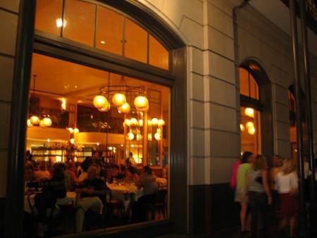 Отовсюду слышна музыка, прямо на улице продают пиво и коктейли, у дверей стриптиз-клубов стоят деву... - 3