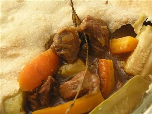 Говядина с молодыми овощами под крышкой из слоеного теста 1 луковица, 2 зубчика чеснока, 800 г мяко...