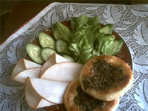 Сегодня завтракала грасс с сухим затаром и оливковым маслом (кругленькие лепешки), куриная подкопче...