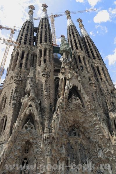 Следующая остановка была у собора Саграда де Фамилия, который строится уже более 50 лет, и тоже по...