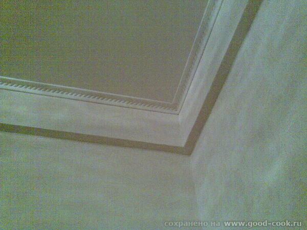 Ну, и угол со стеной, где хорошо видно потолок, короб на месте лепки и такую вот хрень как из пеноп...