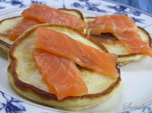 В субботу на завтрак напекла оладушек на кефире которые мы кушали с малосольным лососем (сама посол...