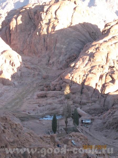 Так живут местные бедуины, это дом бедуина А вон там внизу Монастырь Святой Екатерины, к которому м... - 3