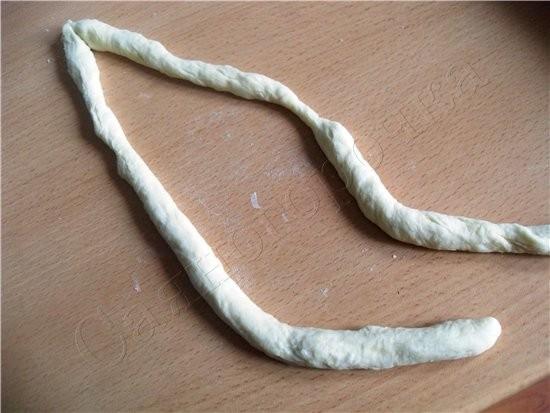 Сдобные булочки раскатать два жгута и соединить концы перекрутить жгутом-косичкой соединить концы ж... - 2