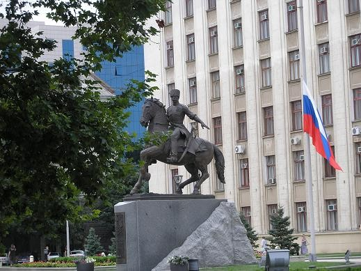 Здание администрации Краснодарского края Памятник казакам перед зданием администрации - 3