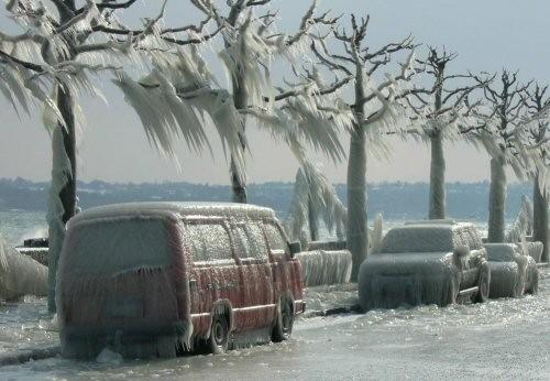 Вот такая красотища образовалась в Женеве на берегу озера Леман в следствии холодного ветра, скорос...