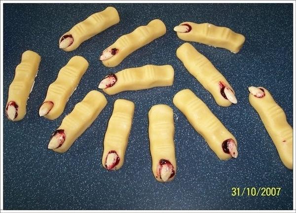 """А ещё печенье делала""""Ведьмины пальцы"""" До выпечки они выглядели так а после вот как Как вы думаете,с..."""
