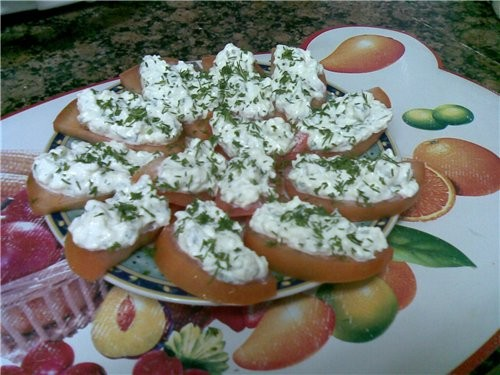 Закуска из помидор 2 помидора 100 г творожной массы для бутербродов 100 г брынзы чеснок по-вкусу ук...