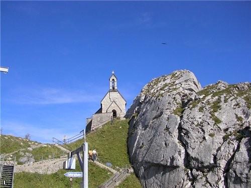 Здесь есть 2 кирхи, одна на самом верху, а одна на высоте 1700м, по воскресеньям служат Мессу в 11