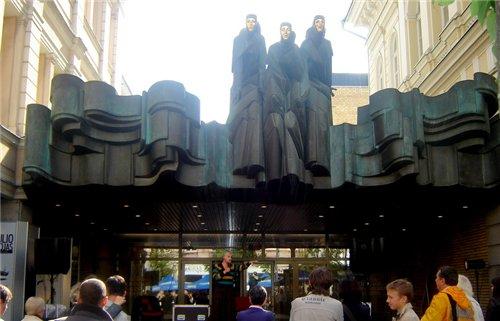 раматический театр фигура Георгия -победоносца на одном из зданий в центре Вильнюса магазин с литов...