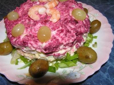 Слоенный салат из креветок, кальмаров и фруктов