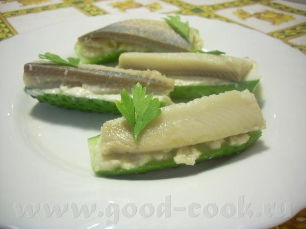 я опять с малоуглеводной закуской по типу бутерброда : огурец разрезать пополам, смазать тонким сло...