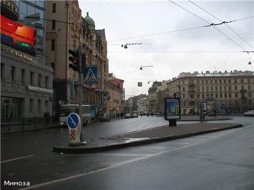 Мы переходим с вами Владимирскую площадь и вдали на Владимирском проспекте видите невысокое желтое...