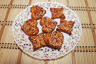 острое печенье с зеленью и орехами