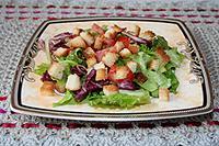 салат с сухариками и помидорами с соусом Calve с итальянскими травами