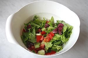 салат с сухариками и помидорами с соусом Кальве с итальянскими травами