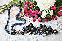 колье из бисера синего цвета с серым напылением и гроздью из бусин, прикреплённой к застёжке-тогглу (№ 4)