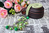 колье бледно-зелёное с гроздью из бусин, прикреплённой к застёжке-тогглу (№ 30)